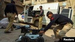 Anggota tim penjinak bom tengah mempersiapkan peralatan mereka dalam operasi pencarian bom di Peshawar, 2 Oktober 2013 (Foto: dok). Tiga anggota tim penjinak bom Pakistan dilaporkan tewas akibat ledakan bom pinggir jalan di Peshawar, Senin (16/12).