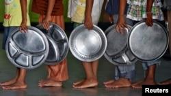 Niños aguardan para recibir alimentos en un orfanato en el sur de la India.