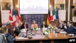 La ministre canadienne des Affaires étrangères, Chrystia Freeland, et la haute représentante de l'UE pour les affaires étrangères et la politique de sécurité, Federica Mogherini, président l'ouverture de la réunion des ministres des Affaires étrangère, à Toronto, le 22 avril 2018.