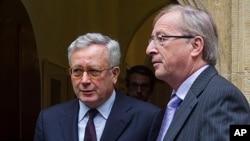 意大利经济部长特雷蒙蒂(左)与欧元集团主席容克8月3日举行紧急会谈之后离开容克的办公室