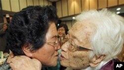 10月30日在北韩金刚山一名96岁的韩国母亲亲吻在北韩的女儿