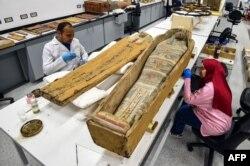 Para arkeolog sedang merestorasi bagian-bagian sarkofagus Tutankhamun di lab restorasi Museum Besar Mesir di Giza di pinggiran ibu kota Kairo, 7 April 2019.