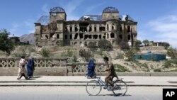 Le palais de feu le roi Amanullah Khan, qui a été détruit pendant la guerre civile au début des années 1990, à Kaboul, en Afghanistan, le 28 avril 2015. (AP Photo / Rahmat Gul)