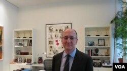 Питер Гелб в своем рабочем кабинете