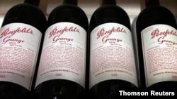ຊວດເຫຼົ້າແວັງ Penfolds Grange, ຜະລິດໂດຍ Penfolds ຜູ້ຜະລິດແວັງຂອງອອສເຕຣເລຍ ແລະບໍລະສັດຜະລິດແວັງ Treasury Wine Estates ຂອງອອສເຕຣເລຍ ເປັນເຈົ້າຂອງ, ວາງຂາຍຢູ່ເທິງຊັ້ນວາງ.