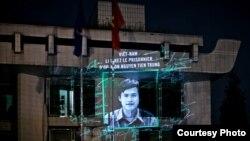 Hình Nguyễn Tiến Trung được chiếu vào tòa Đại Sứ Việt Nam ở Paris, việc này được Tổ chức Ân xá Quốc tế tổ chức thực hiện.
