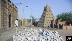 Ma'aikata a daya daga cikin Masallatai masu tarihi na Timbuktu a kasar Mali