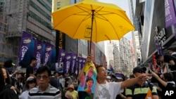 香港七一游行抗议者举起黄伞