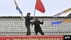 Избирательный участок в пригороде Бишкека украшают к дню голосования.