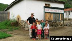 한국계 캐나다인 임현수 목사가 지난 2007년 8월 북한에서 어린이들과 촬영한 사진. 임 목사는 북한에 역류된 후 지난 16일 국가 전복 음모 혐의로 종신형이 선고됐다. 사진 제공: 임 목사 가족.