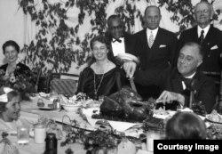 Президент США Франклін Рузвельт розрізає індичку, 1933 рік