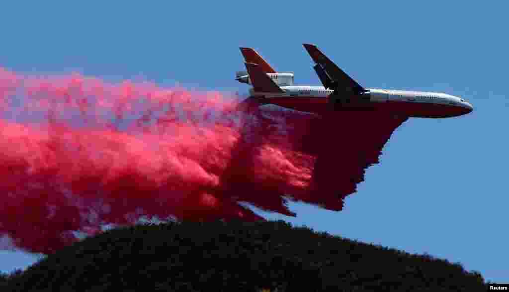 យានពន្លត់អគ្គិភ័យដែលមានឈ្មោះថា DC-10 ទម្លាក់សារធាតុពន្លត់អគ្គិភ័យនៅពេលដែលអ្នកពន្លត់អគ្គិភ័យបន្តពន្លត់ភ្លើងឆេះព្រៃដែលមានឈ្មោះថា Sand Fire នៅក្នុងព្រៃ Angeles National Forest នៅក្បែរក្រុង Los Angeles រដ្ឋ California កាលពីថ្ងៃទី២៥ ខែកក្កដា ឆ្នាំ២០១៦។