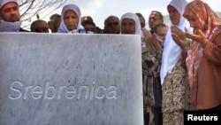 ہر سال 11 جولائی کو مقتولین کی مائیں بہنیں بیویاں اور بیٹیاں قبرستان آتی ہیں