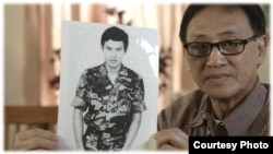 """Ông Trần Tú Thanh, một nhân vật trong phim Vietnamerica nói: """"Chúng tôi đã mất tất cả. Chúng tôi đã mất nước. Mất tài sản. Mất các thành viên trong gia đình. Và tuổi trẻ của tôi. Tất cả tuổi trẻ của tôi sau 15 năm tù cộng sản."""""""