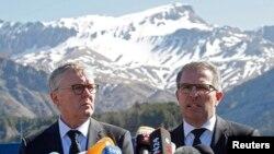 Ejecutivos de Lufthansa y Germanwings durante una conferencia de prensa en los Alpes franceses.