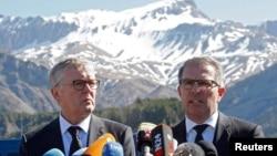 CEO Lufthansa Carsten Spohr (kanan) dan Managing Director Germanwings Thomas Winkelmann berbicara dalam sebuah konferensi pers dekat tempat peringatan bagi korban kecelakaan pesawat di desa Le Vernet, 1 April 2015.