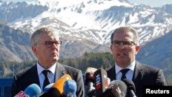 德国汉莎航空公司主管斯波尔斯(右)和德国之翼公司的主管在记者会上(2015年4月1日)