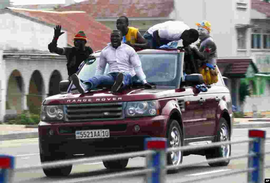 Wafuasi wa rais Joseph Kabila wakisherehekea katika barabara ya Kinshasa baada ya matokeo ya uchaguzi kutangazwa Disemba 9 2011