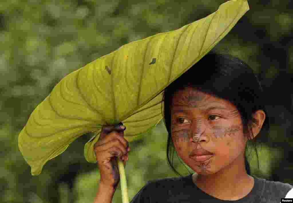 Djevojčica iz plemena Sarajaku u svom selu u Ekvadoru.