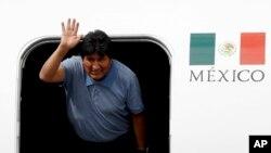 Evo Morales aramutsa agishika mu buhungiro muri Mexico City, kw'itariki ya 12/11/2019.