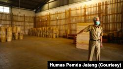 Gubernur Jawa Tengah Ganjar Pranowo dalam sidak di gudang tembakau milik pabrik rokok di Temanggung, Senin 6 September 2021. (Foto: Courtesy/Humas Jateng)