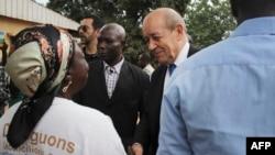 Le ministre français des Affaires étrangères, Jean-Yves Le Drian, a rencontré des habitants lors d'une visite du projet de reconstruction géré par l'ONG Acted dans le quartier de Boeing à Bangui, le 1er novembre 2018.