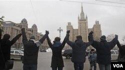 Ribuan demonstran membuat rantai manusia di jalan lingkar ibukota Moskow hari Minggu (26/2).