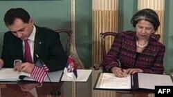 Ministar Srbije za nauku i tehnološki razvoj Božidar Djelić i državni podsekretar za demokratiju i globalna pitanja Maria Otero potpisuju sporazum o naučnoj saradnji u Stejt Departmentu, 23. aprila 2010.