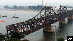 지난 9월 중국 단둥과 북한 신의주를 잇는 '조중친선다리(중조우의교)' 중국 쪽 입구로 북한에서 출발한 화물차들이 입경하고 있다.