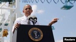 El presidente Obama resaltó la importancia de invertir en infraestructura y de la inversión privada para impulsar la economía durante su breve visita al puerto de Miami.