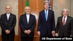 ລມຕ ຕ່າງປະເທດສະຫະລັດ ທ່ານ Kerry ກັບ ລມຕ ພະລັງງານ ທ່ານ Moniz ຢືນຢູ່ຂ້າງ ລມຕ ຕ່າງປະເທດອິຣ່ານ ທ່ານ Zarif ແລະຮອງປະທານພະລັງງານປາລະມະນູອິຣ່ານ ທ່ານ Salehi ກ່ອນປະຊຸມກັນ ຢູ່ Switzerland