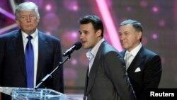 """Російський співак Емін Агаларов (у центрі), його батько Арас Агаларов (справа) і Дональд Трамп (зліва). Конкурс """"Міс США"""", Лас-Вегас, Невада 16 червня 2013 року."""