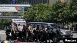 Polisi Indonesia bereaksi ke lokasi ledakan di Jakarta, Kamis siang (14/1).