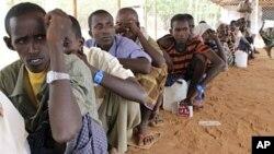 Des réfugiés nouvellement arrivés dans le camp de Dadaab, près de la frontière entre la Somalie et le Kenya, le 23 juillet 2011.