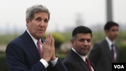ລັດຖະມົນຕີ ຕ່າງປະເທດ ສະຫະລັດ ທ່ານ John Kerry ສະບາຍດີ ບັນດານັກຂ່າວ ທີ່ເດີ່ນເຮືອບິນ ນິວເດລີ