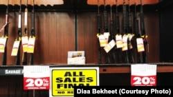 Sebuah toko senjata api di Virginia. Jumlah pembelian senjata api di AS melonjak sejak Maret tahun ini.