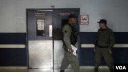 La policía resguarda el hospital de Santo Tomás en la ciudad de Panamá, donde el ex general se encuentra internado.