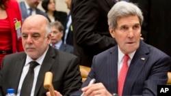 지난해 12월 하이데르 알 아바디 이라크 총리(왼쪽)와 존 케리 미국 국무장관이 나토본부에서 열린 ISIL 대응 국제회의해 참석해 나란히 앉아있다. (자료사진)