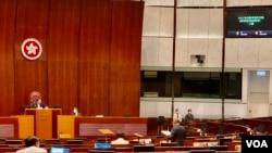 香港立法會三讀通過有關公職人員宣誓修訂條例,納入區議員需要宣誓,引發民主派區議員辭職潮 (美國之音湯惠芸)