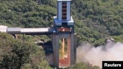 김정은 북한 국무위원장이 서해위성발사장을 방문해 '신형 정지위성 운반 로켓용 대출력 엔진'의 지상 분출 시험을 지도했다고 조선중앙통신이 20일 보도했다.