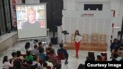 Pendiri 'Grammar Table' Ellen Jovin memberikan seminar secara virtual dari New York di depan ratusan peserta Polyglot Indonesia (courtesy: Polyglot Indonesia).