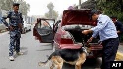 Cảnh sát Iraq khám xét xe cộ tại một chốt kiểm soát ở Baghdad, ngày 23/6/2011. Cảnh sát và nhân viên an ninh Iraq đã trở thành mục tiêu thường xuyên của phiến quân