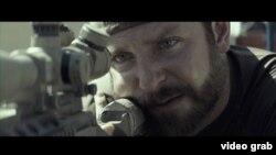 Aktor Bradley Cooper berperan sebagai Chris Kyle, tokoh utama dalam film 'American Sniper' (foto: dok).