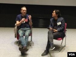 평양살림 북한영화제 개막작 '김동무는 하늘을 난다'를 공동제작한 영국의 니콜라스 보너 감독(왼쪽)이 임동우 홍익대 교수와 함께 관객과의 대화에 참석했다.
