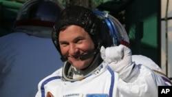 Kosmonot Roman Romanenko, salah satu kru dalam peluncuran Soyuz memberikan salamnya sebelum peluncuran roket itu, Rabu (19/12).