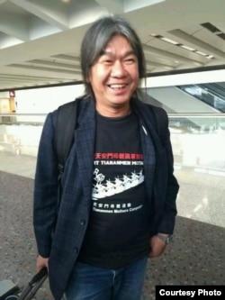 身穿天安門母親T恤的立法會議員梁國雄在機場。(推特圖片)