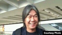 身穿天安门目前T恤的立法会议员梁国雄在机场(推特图片)