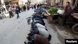 شام کے صدر بشار الاسد کے خلاف حلب شہر میں مظاہرہ کرنے والے شہری ایک سڑک پر نماز ادا کر رہے ہیں