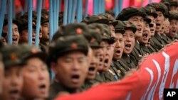 지난 10일 북한 평양에서 열린 7차 노동당 대회 경축 군중집회 군사행진에서 군인들이 구호를 외치고 있다.