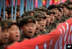 지난 5월 북한에서 열린 7차 노동당 대회 경축 군중집회에서 군인들이 행진하고 있다.